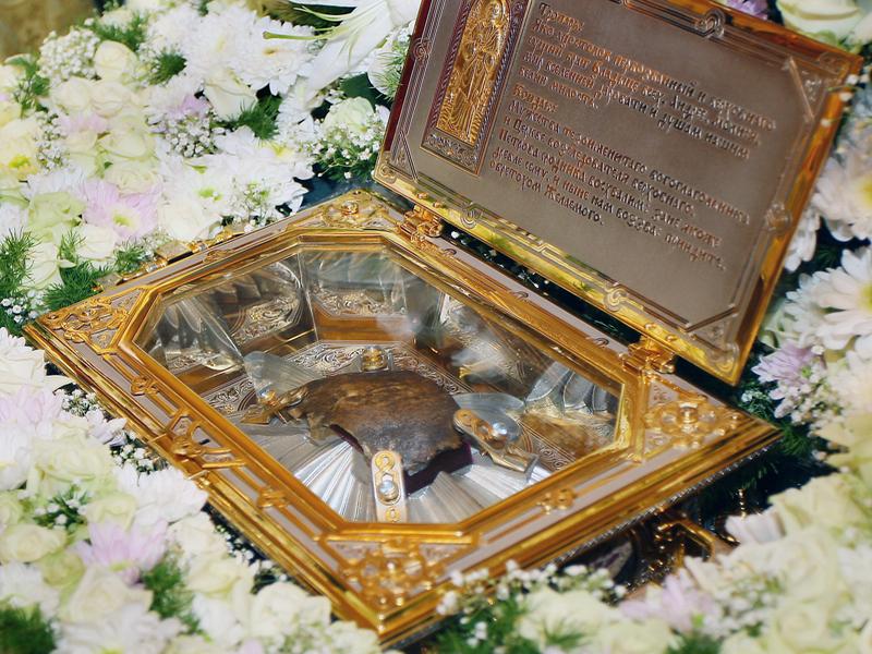 Кардинал Бертоне передал православным Астаны частицу мощей Св. Андрея